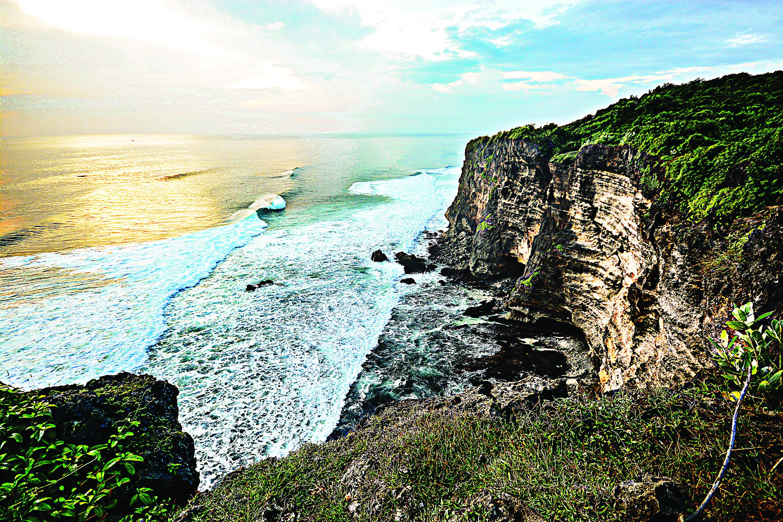 O paredão rochoso vertiginoso que encara as ondas de Uluwatu