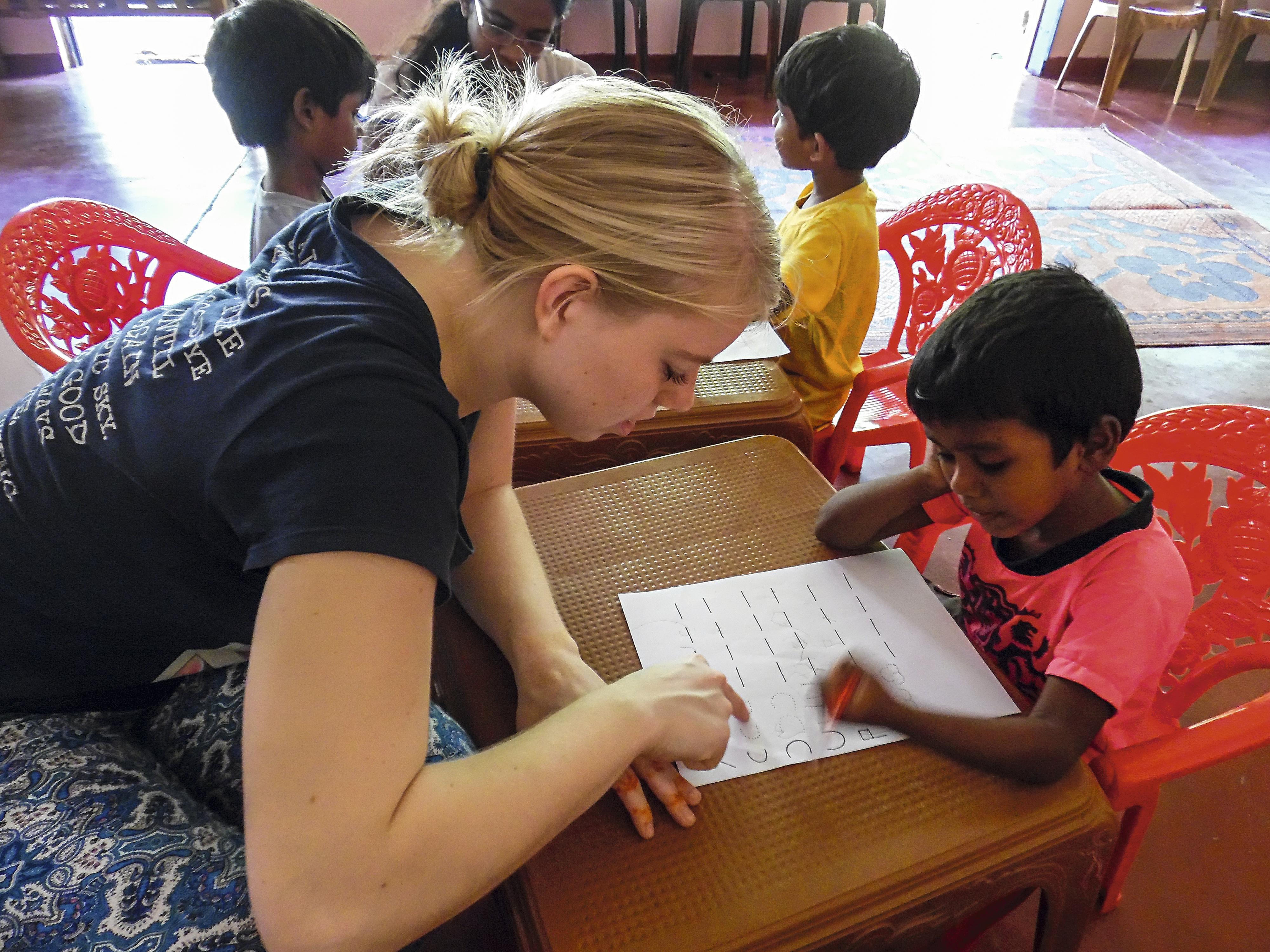 Voluntária dando uma mãozinha nas aulas no Sri Lanka