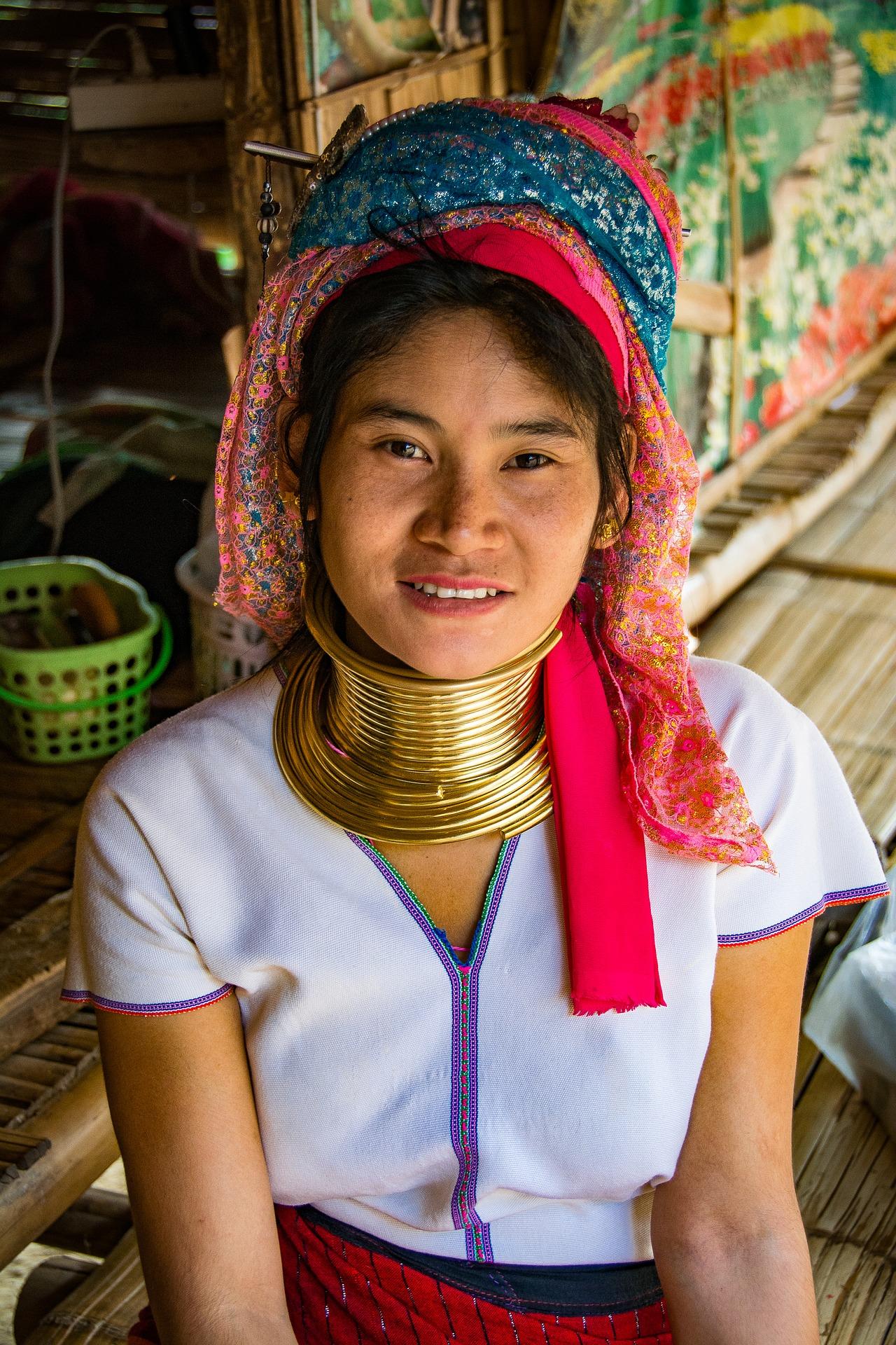 A maior parte das mulheres que usam argolas no pescoço vivem na tribo de Karen