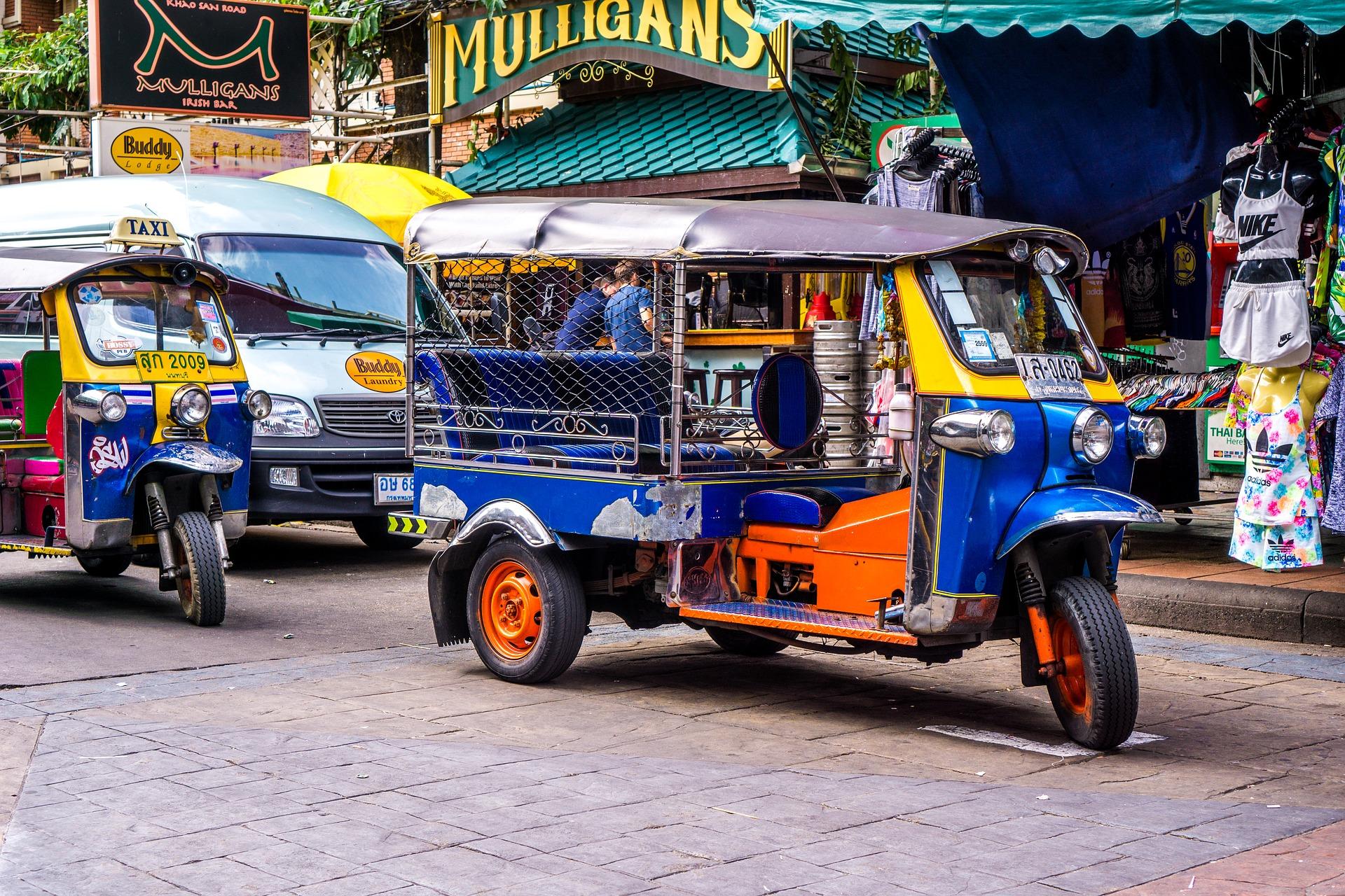 Tuk tuk na estrada de Khaosan, em Bangkok
