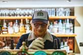 Ed Sheeran serve um chopp no seu novo bar, o Bertie Blossom, Londres