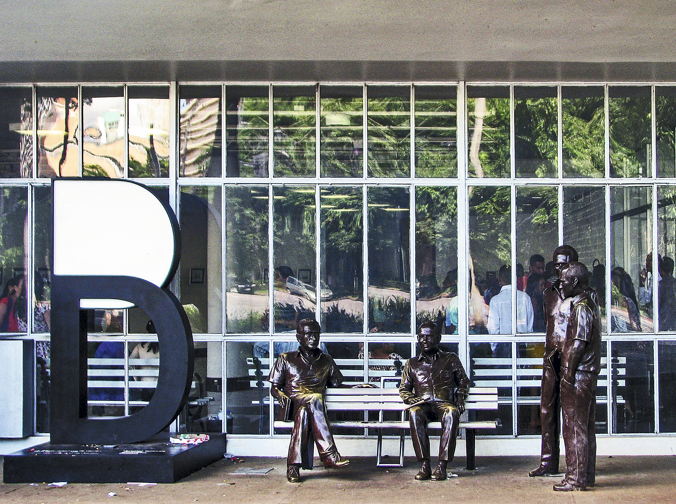 Estátuas da obra Encontro Marcado, na Biblioteca Luiz de Bessal, Belo Horizonte, Minas Gerais, Brasil