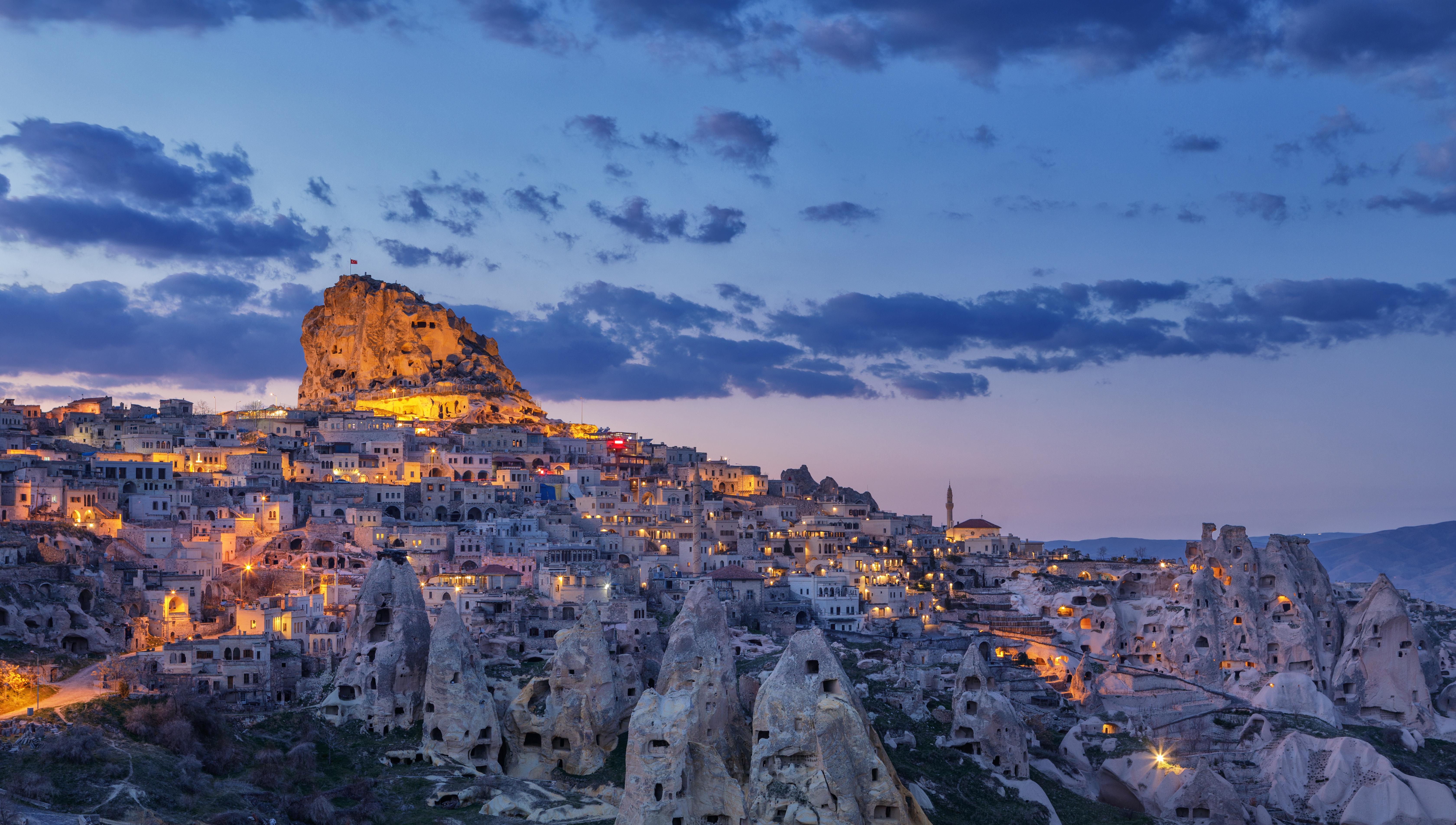Vista da cidade de Uçhisar. Ao fundo, o Castelo de Uçhisar, Capadócia, Turquia