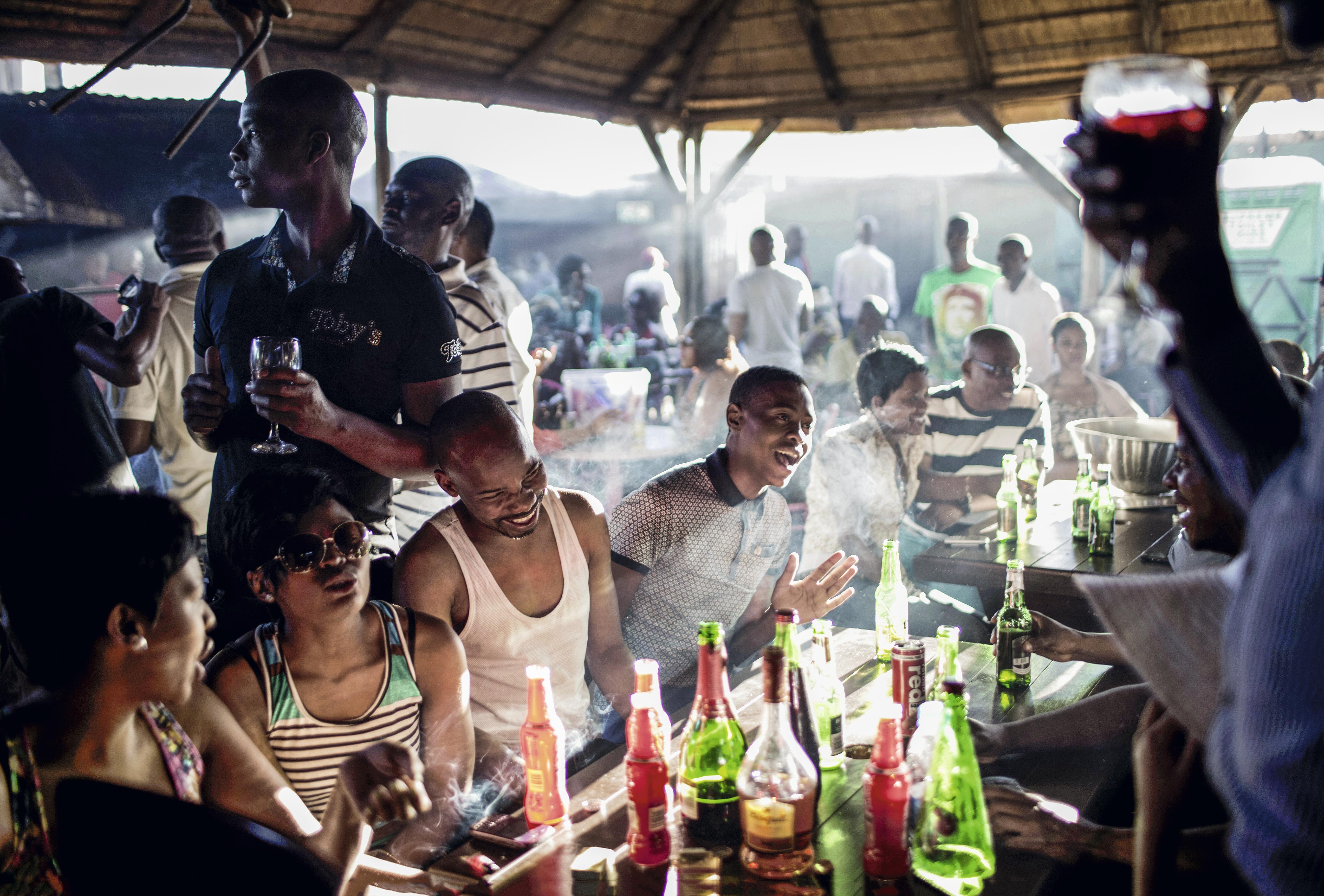 Churrasco no bairro Soweto, Johanesburgo, África do Sul