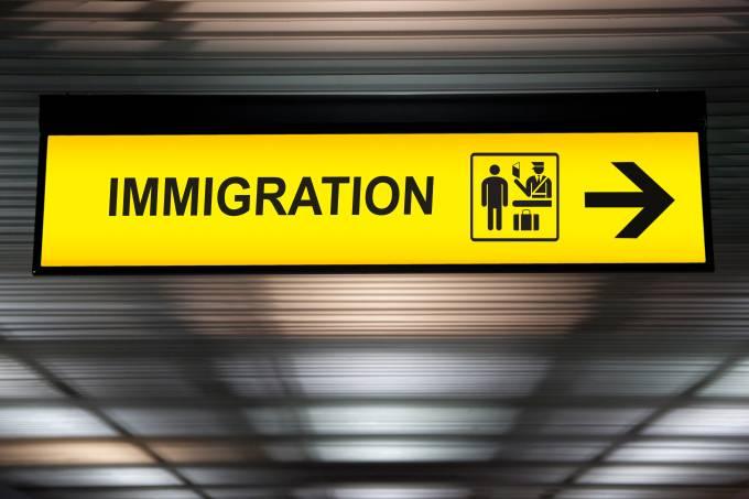 Sinal de imigração no aeroporto