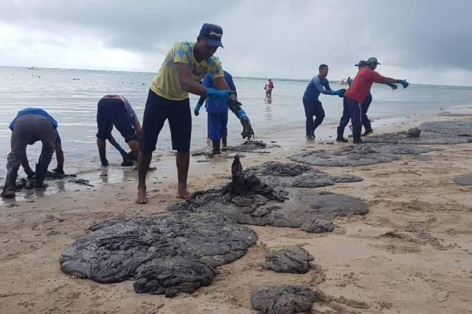 Praia de Carneiros com manchas de óleo