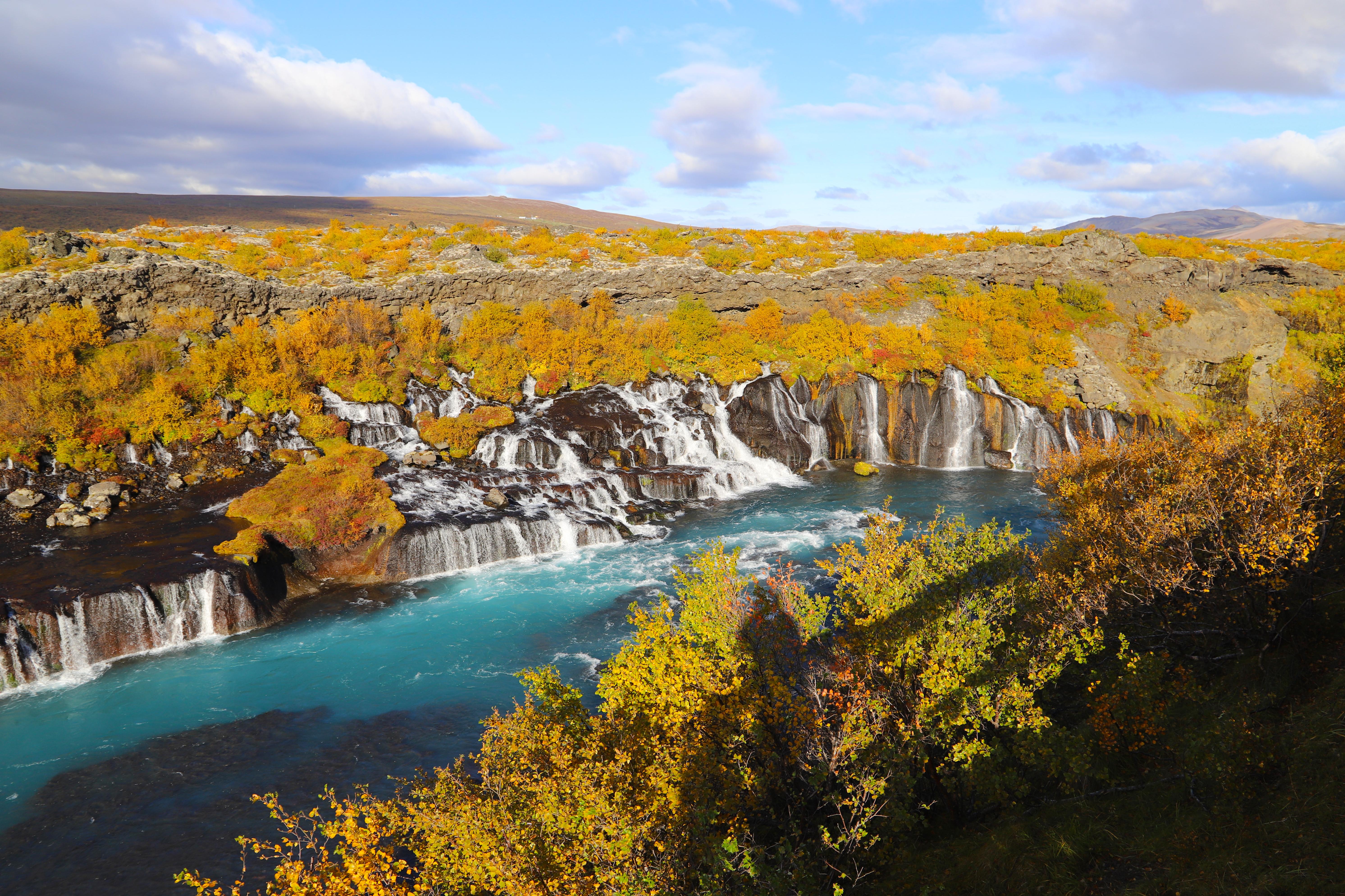 As cachoeiras Hraunfossar já são uma paisagem única na Islândia - no outono então... Crédito: