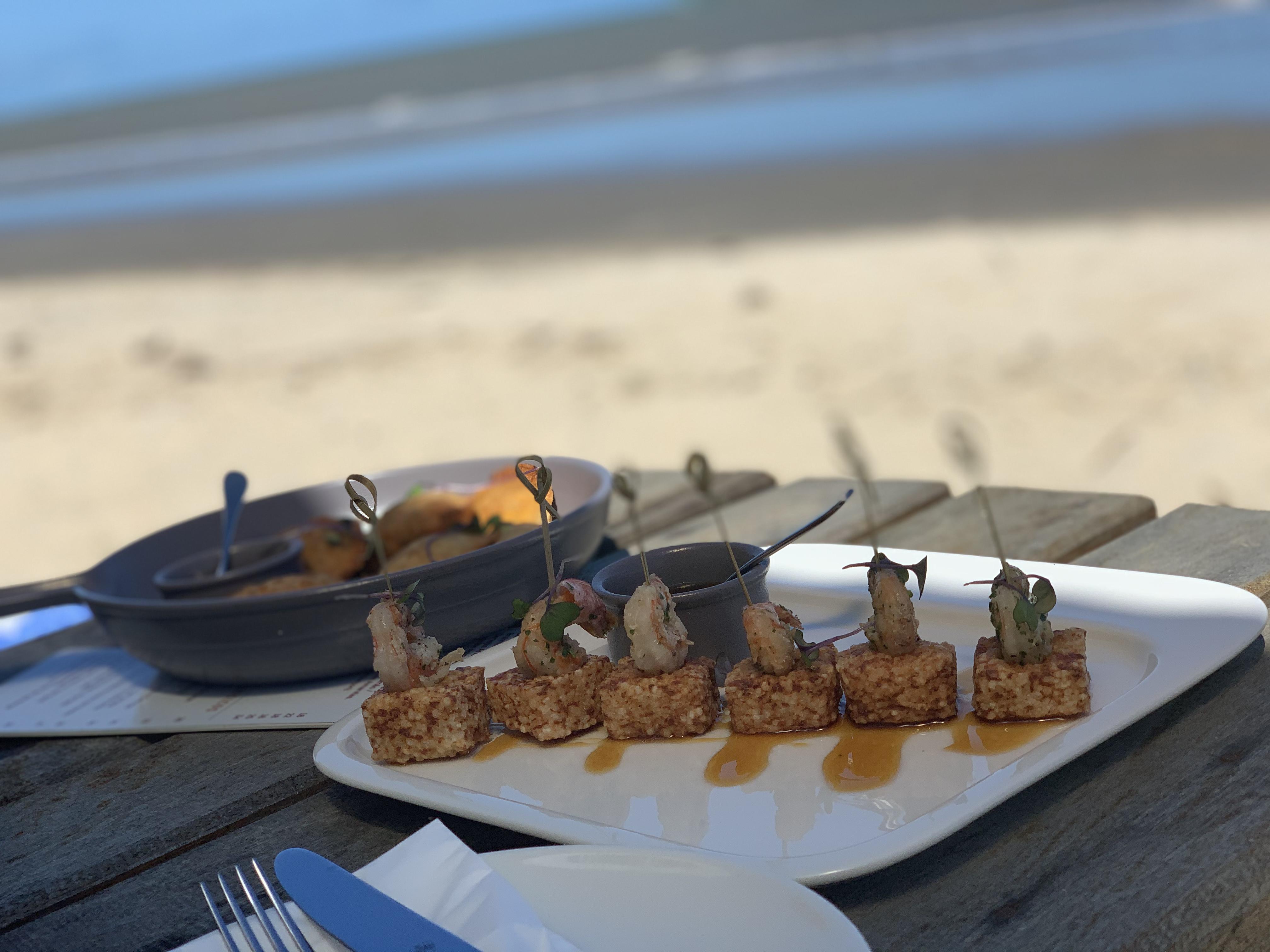 Daninhos de tapioca com camarão flambado na chachaça na Maroca