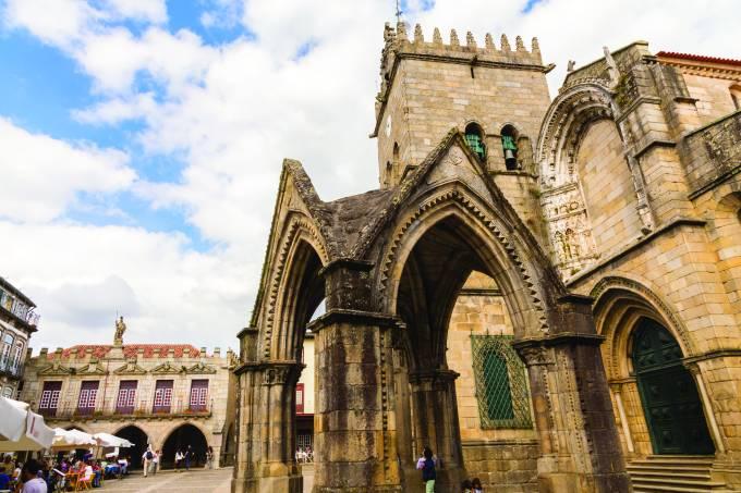 O lindo Largo da Oliveira, com o Padrão do Salado em primeiro plano: coração da cidade