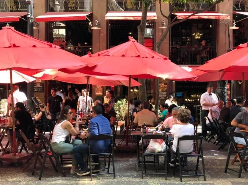 Mesas ao ar livre no bar Salve Jorge