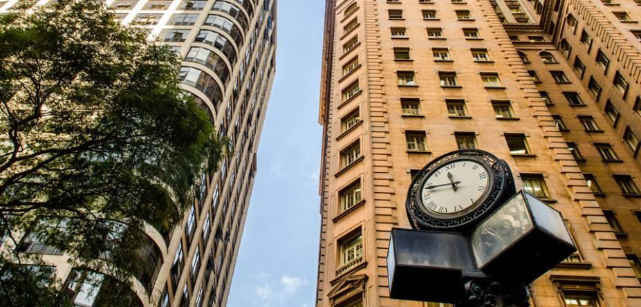 Detalhe de relógio na Praça Dom José Gaspar