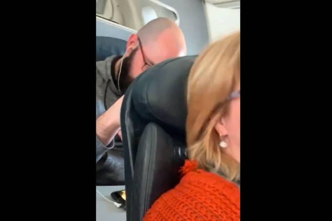 Passageiro bate na poltrona da passageira sentada à frente