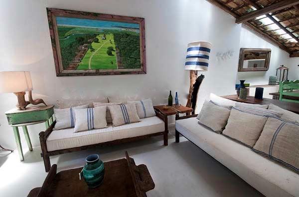 A sala de estar (junto com a de jantar e a linda cozinha) se abre para a praça