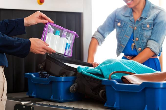 Mulher com líquidos dentro de sacola plástica no raio-x do aeroporto