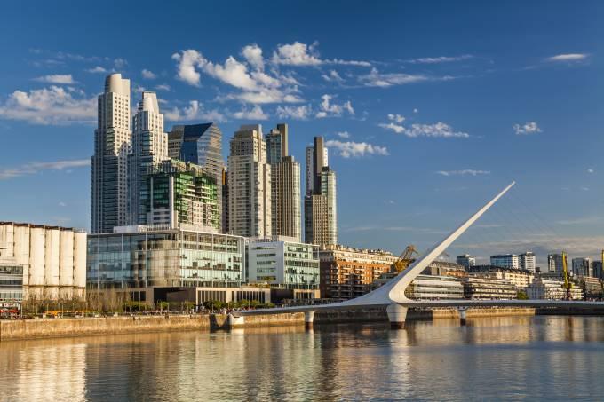 Puente de la Mujer em Puerto Madero, bairro renovado de Buenos Aires, Argentina