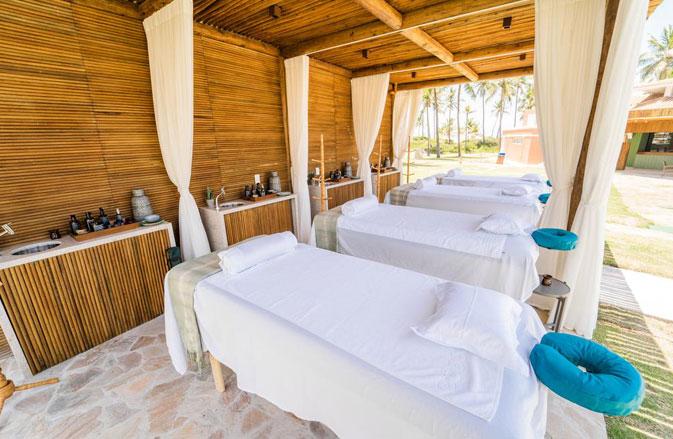 No Sauípe Premium Brisa, as massagens são feitas em uma tenda na beira da piscina