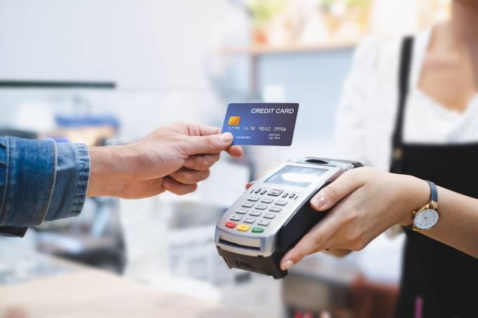 Pessoa passando cartão de crédito