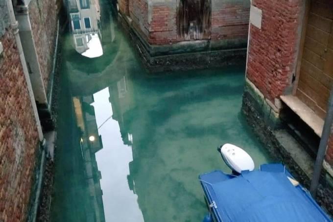 Canais limpos em Veneza pela ausência de pessoas. O coronavírus afastou turistas da Itália
