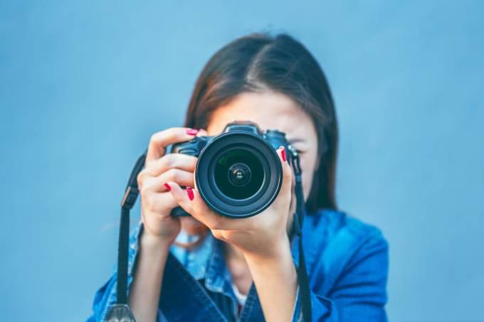 Mulher fotografando com câmera