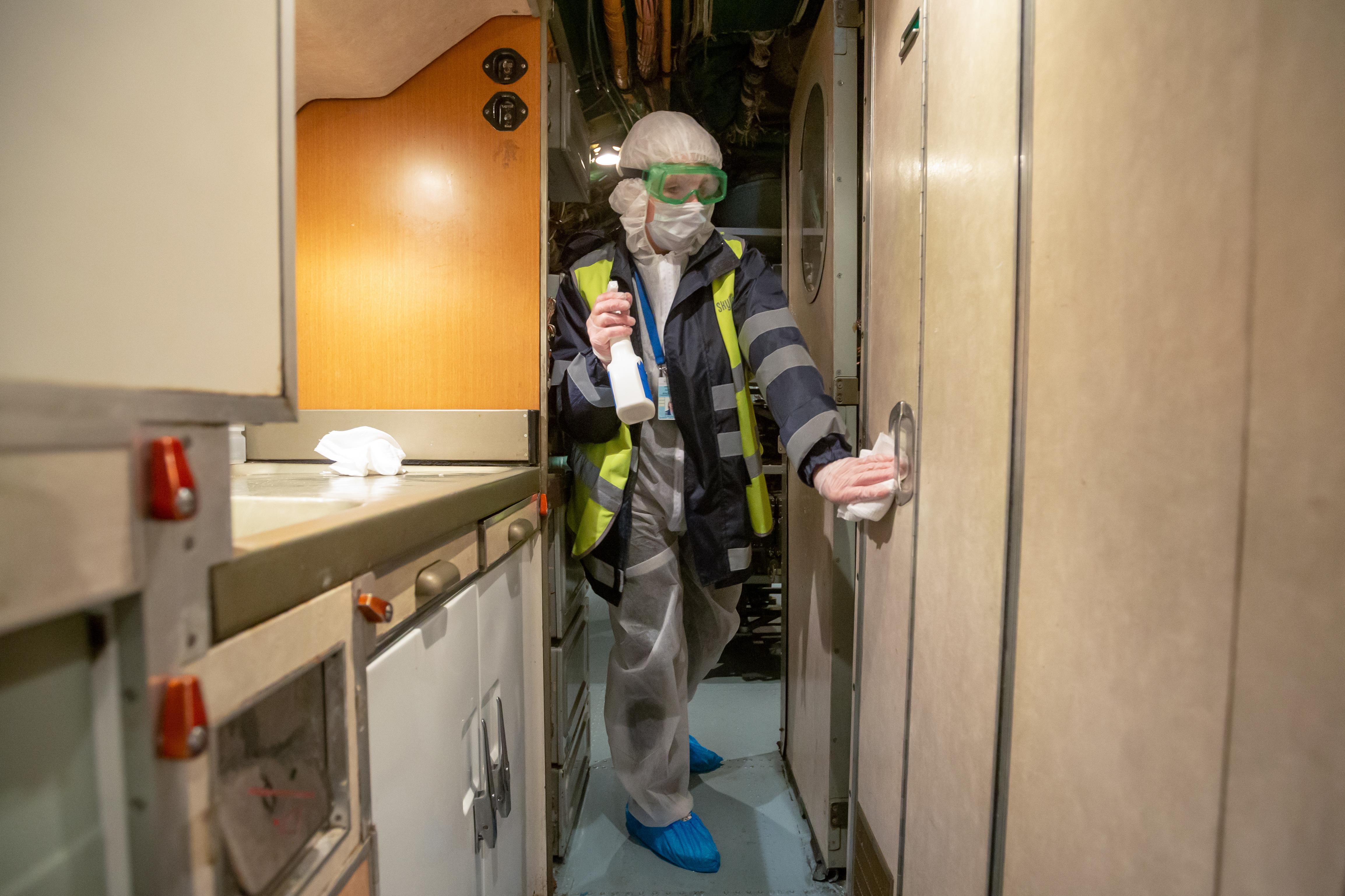 Aeronave sendo desinfectada em época de coronavírus