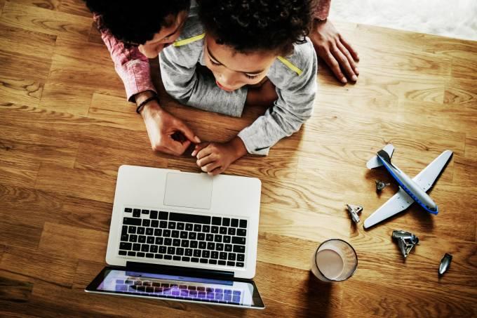 Filho e pai no computador