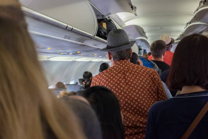 Pessoas esperanod para desembarcar do avião