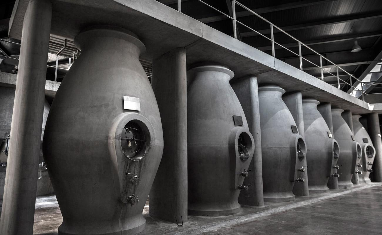 Nada de barricas: os vinhos da Zuccardi são armazenados em tanques de concreto. Crédito: