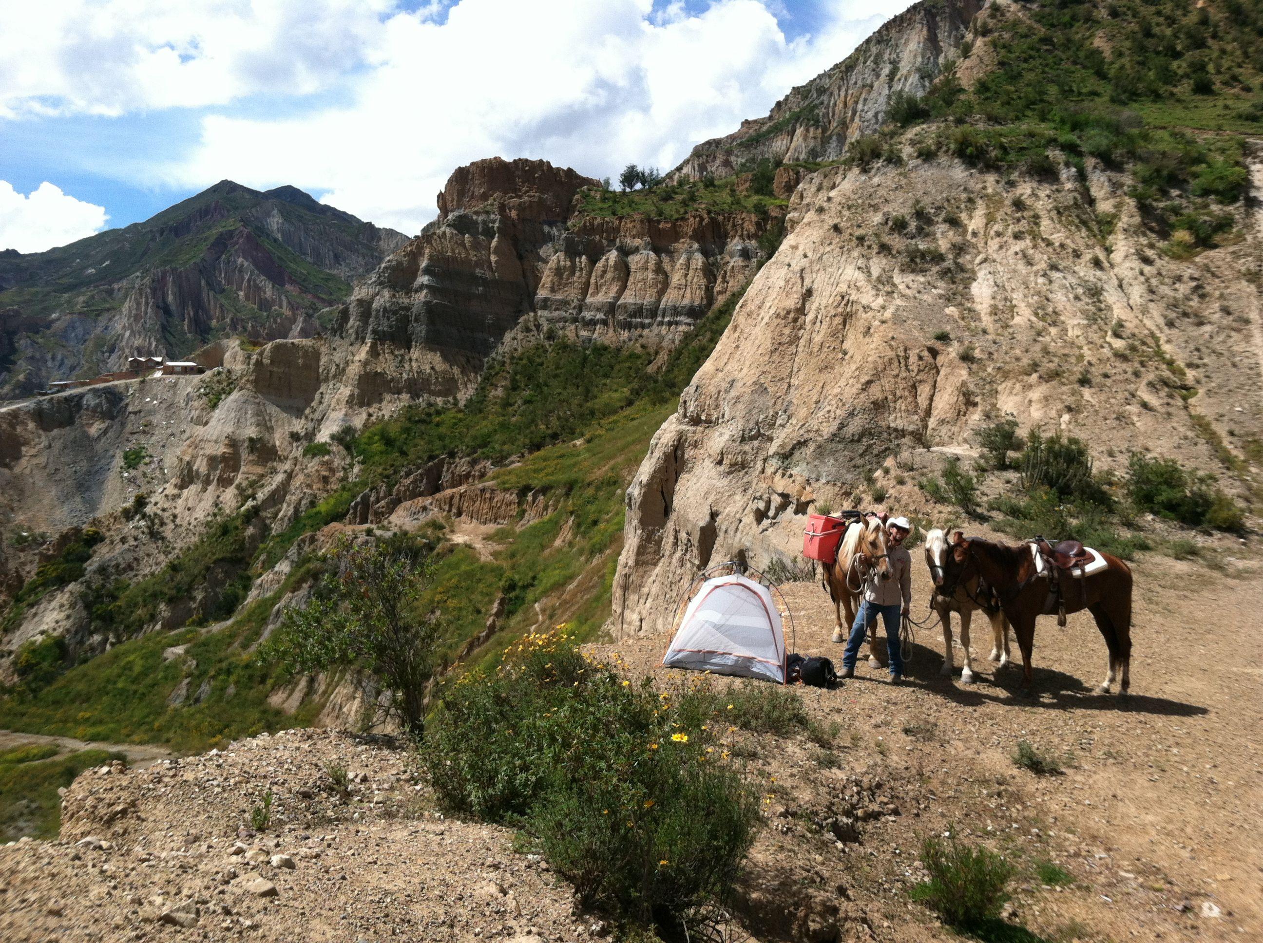 Um dos maiores desafios foi atravessar montanhas com os cavalos. Na foto, o brasileiro cruzava os Andes Bolivianos
