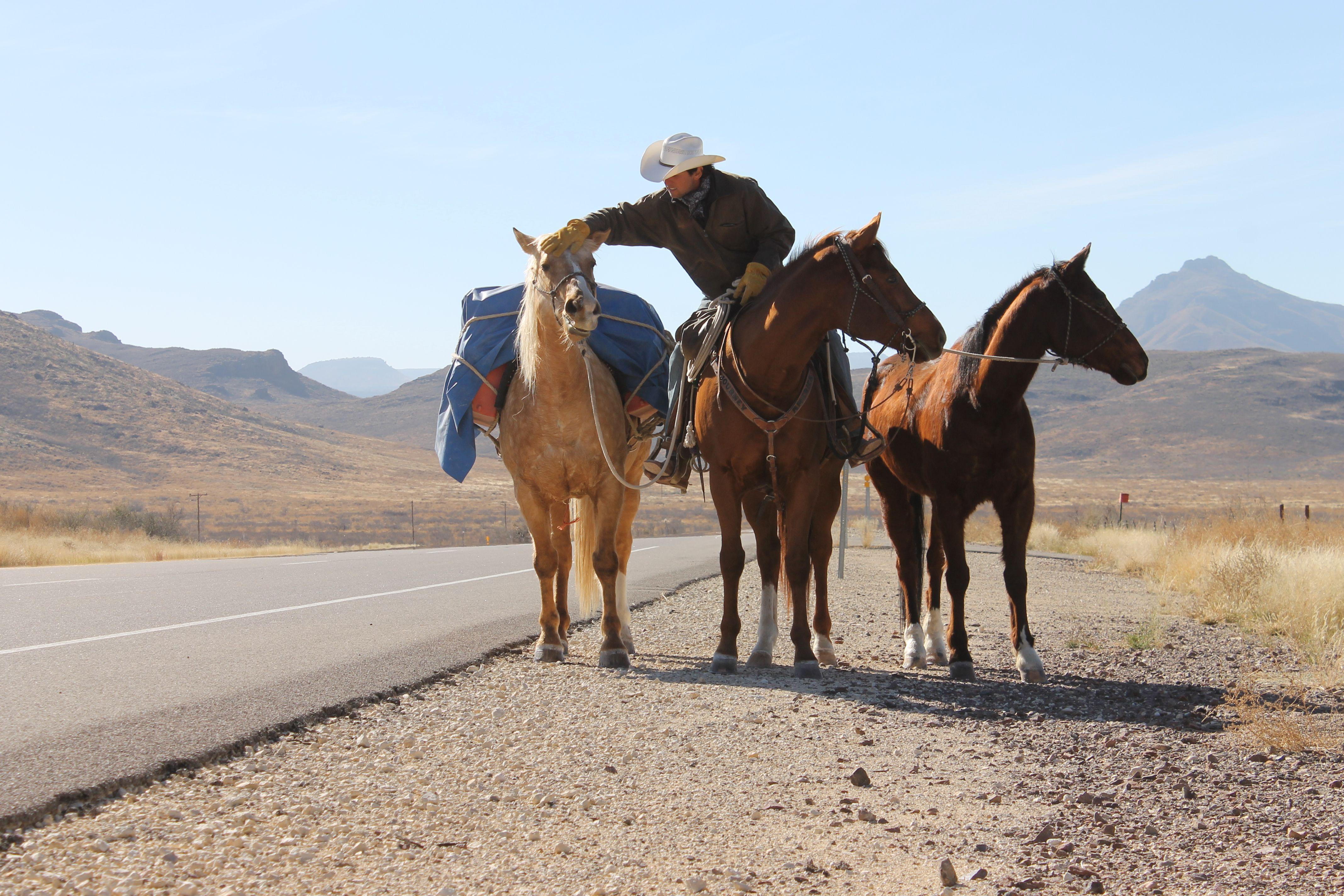 """Filipe viajou na companhia de 11 cavalos ao longo de suas três jornadas. Ele quer ser reconhecido como o """"Anthony Bourdain de chapéu"""""""
