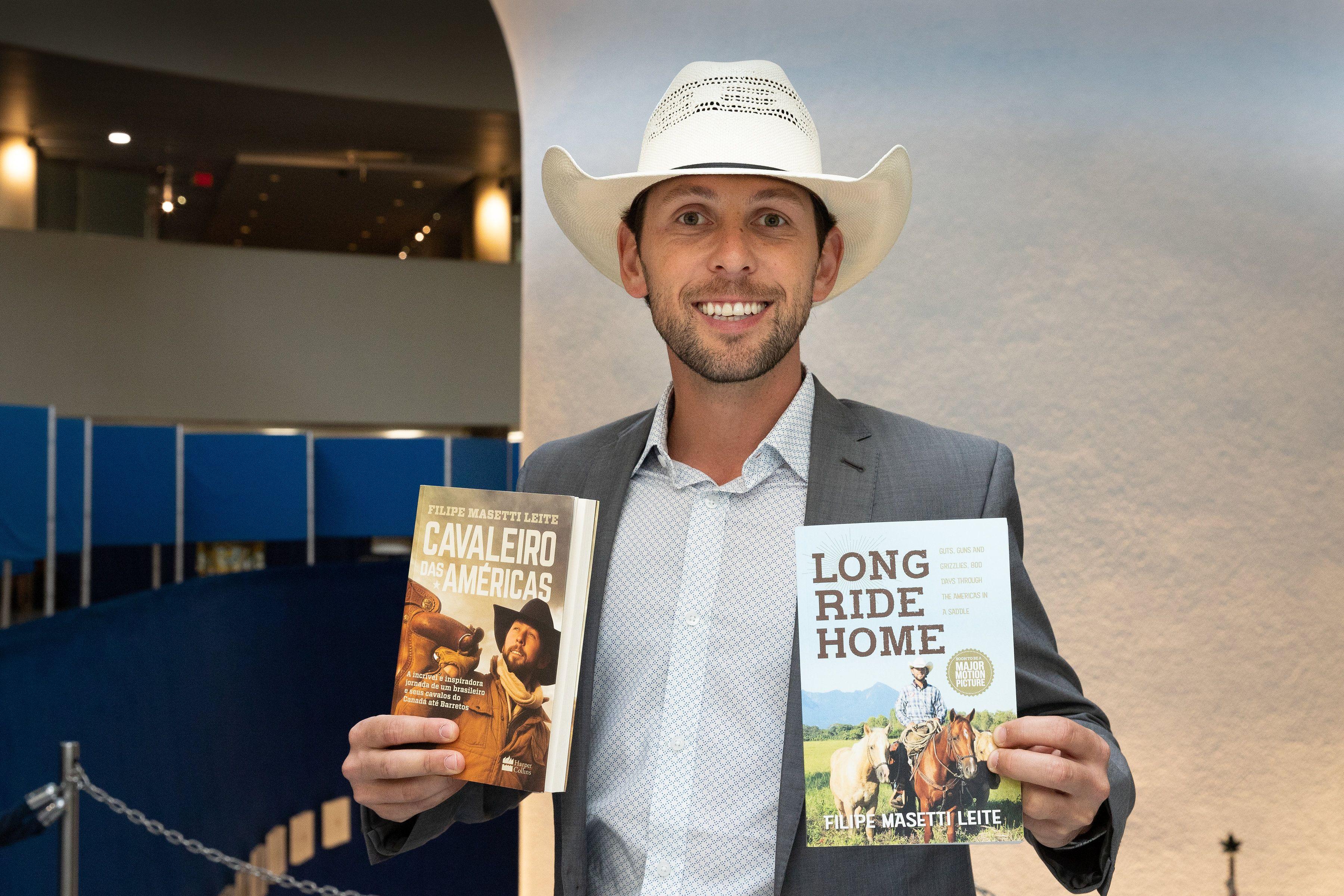 Filipe e seus dois livros publicados. O terceiro (e último) está em fase de produção