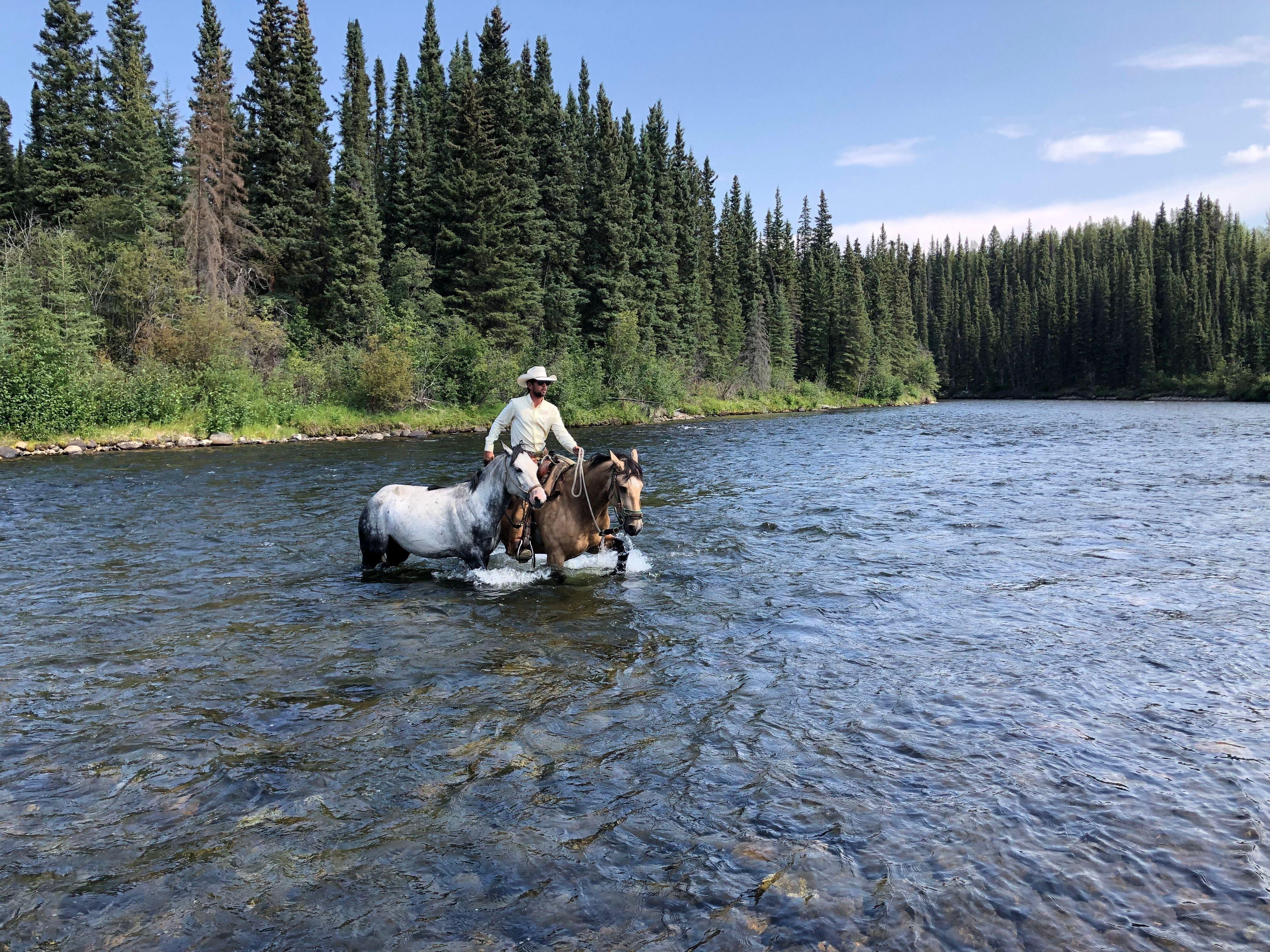 Aqui ele cruza um rio no território Yukon, no Canadá, um dos lugares mais marcantes de toda viagem