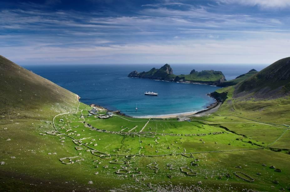 <strong>St. Kilda, Escócia -</strong> Um pouco distante da costa escocesa, o arquipélago fica no limite das Ilhas Britânicas, mas atrai visitantes que querem explorar um destino remoto. Historiadores afirmam que o local começou a ser habitado há mais de 7 mil anos, depois foi lar da civilização viking nos séculos 9 e 10, e mais tarde de monges cristãos, que viveram ali por volta do século 17. Abandonada há mais de 100 anos, tem ruínas de casas de pedra, e, hoje, a única vida no local são diferentes espécies de aves.