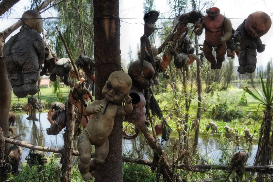<strong>Ilha das Bonecas, Xochimilco -</strong> Além da fama pela culinária, praias e sítios arqueológicos que preservam a cultura Asteca, o México ainda abriga uma das paradas mais macabras do mundo. Escondidas em meio às árvores e um lago na região de Xochimilco, na Cidade do México, estão centenas de bonecas penduradas em galhos e espalhadas pelo chão. Mesmo com uma cara de cenário de filme, o local era lar de um homem que, após encontrar o corpo de uma garota morta sob o lago, decidiu pendurar as bonecas a fim de espantar os possíveis maus espíritos do local.