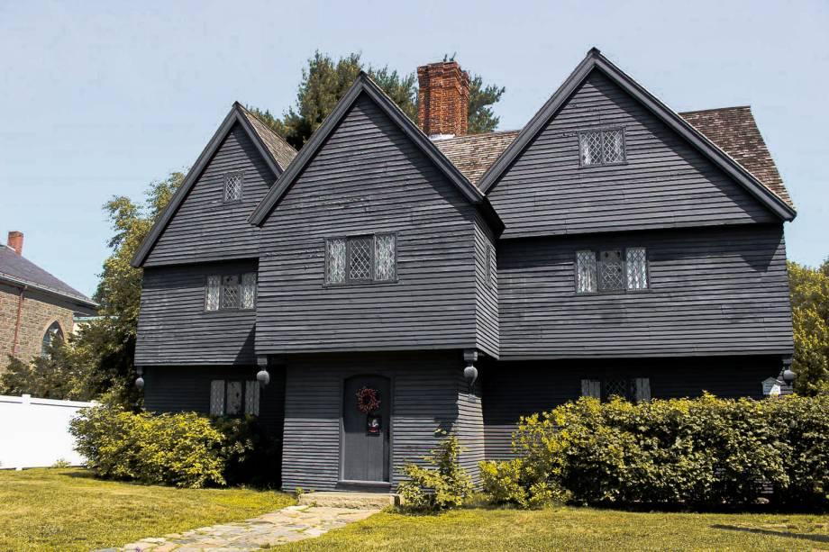 <strong>Salem, Massachusetts -</strong> Fundada em meados de 1600, a cidade é famosa pelas perseguições de suas supostas bruxas, que foram enforcadas na cidade. Hoje, a fama e o turismo na cidade giram em torno deste evento, e muitos locais onde as bruxas foram julgadas ainda existem. A<strong> Casa Jonathan Corwin</strong>, onde morava o juiz que condenou as mulheres, hoje abriga um museu. Além disso, o <strong>Cemitério Old Burying Point</strong> é dado como assombrado pela população.