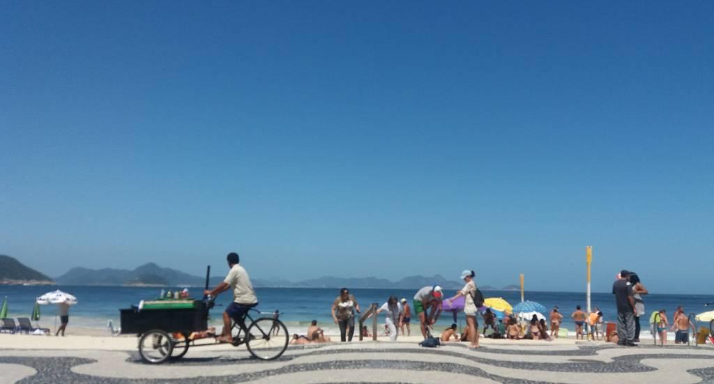 O céu mais azul do que de SP e a calçada inconfundível de Copacabana