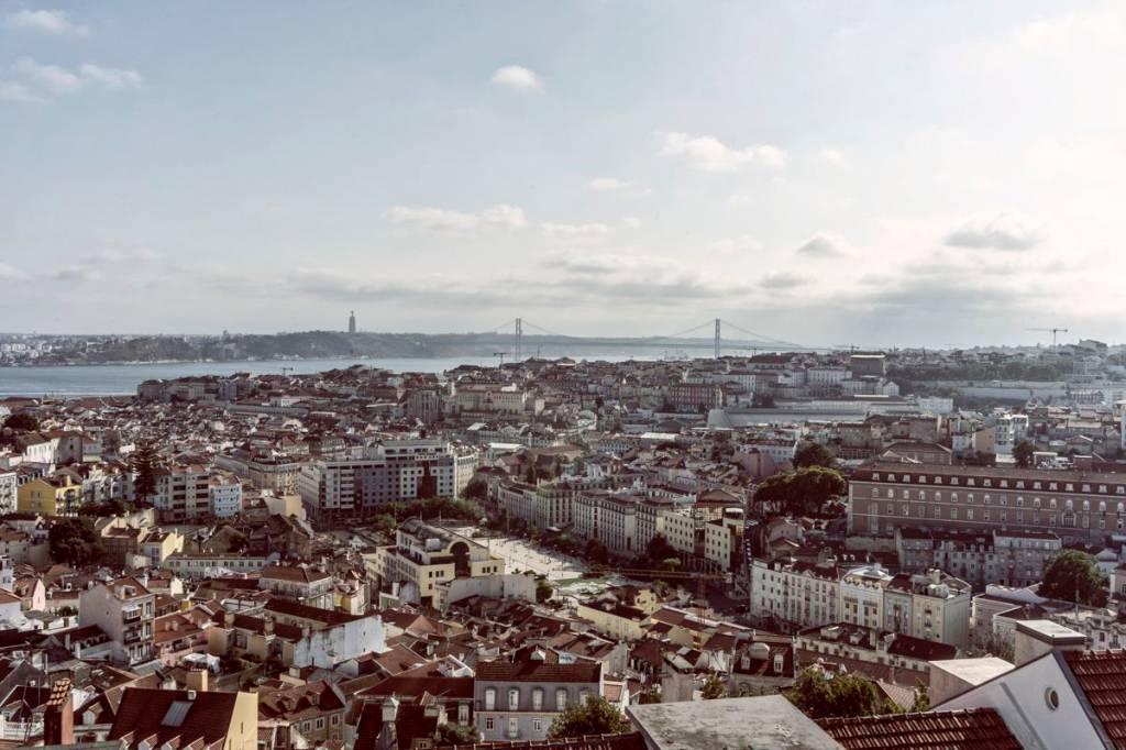 Vista de Lisboa: ao fundo, o Tejo e a Ponte 25 de Abril