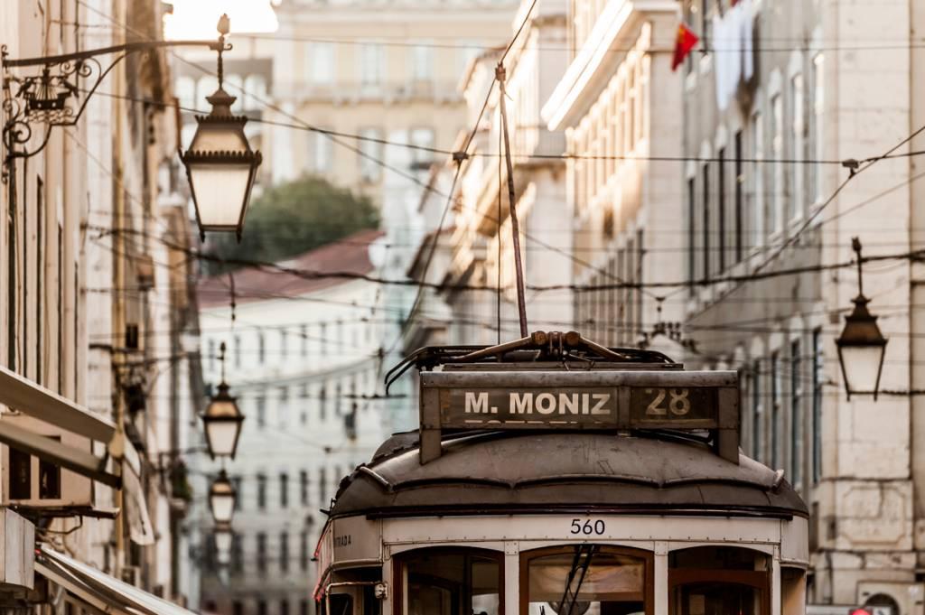 O eléctrico 28 no centro de Lisboa: vida tranquila