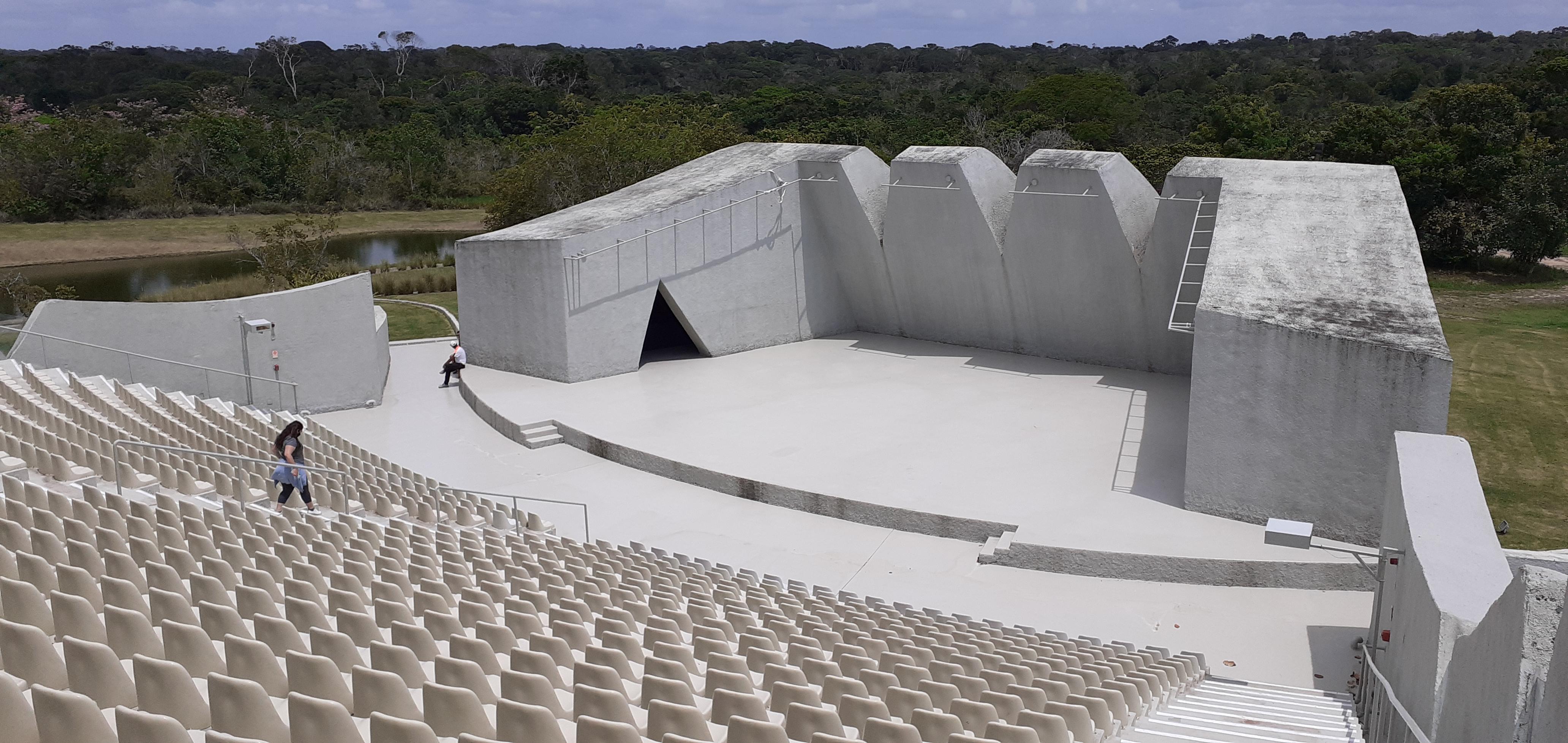 A fachada do improvável teatro