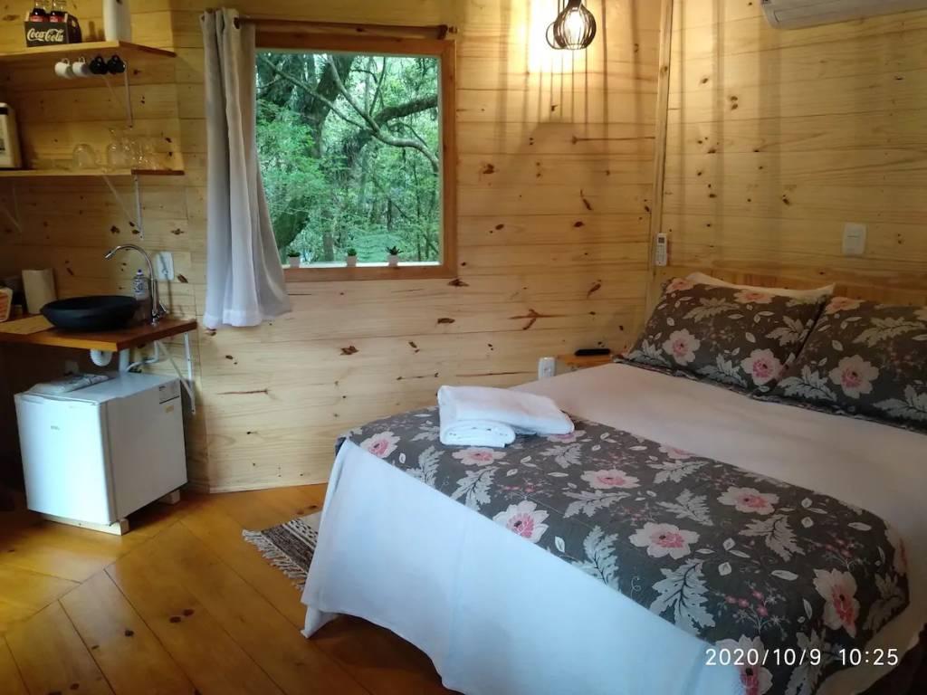 Esta casinha suspensa em estilo escandinavo acomoda bem um casal em Gramado (RS)