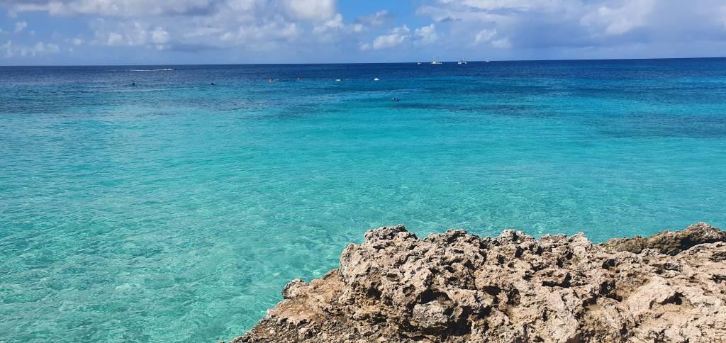 As cores incríveis do mar de Boca Catalina, em Aruba