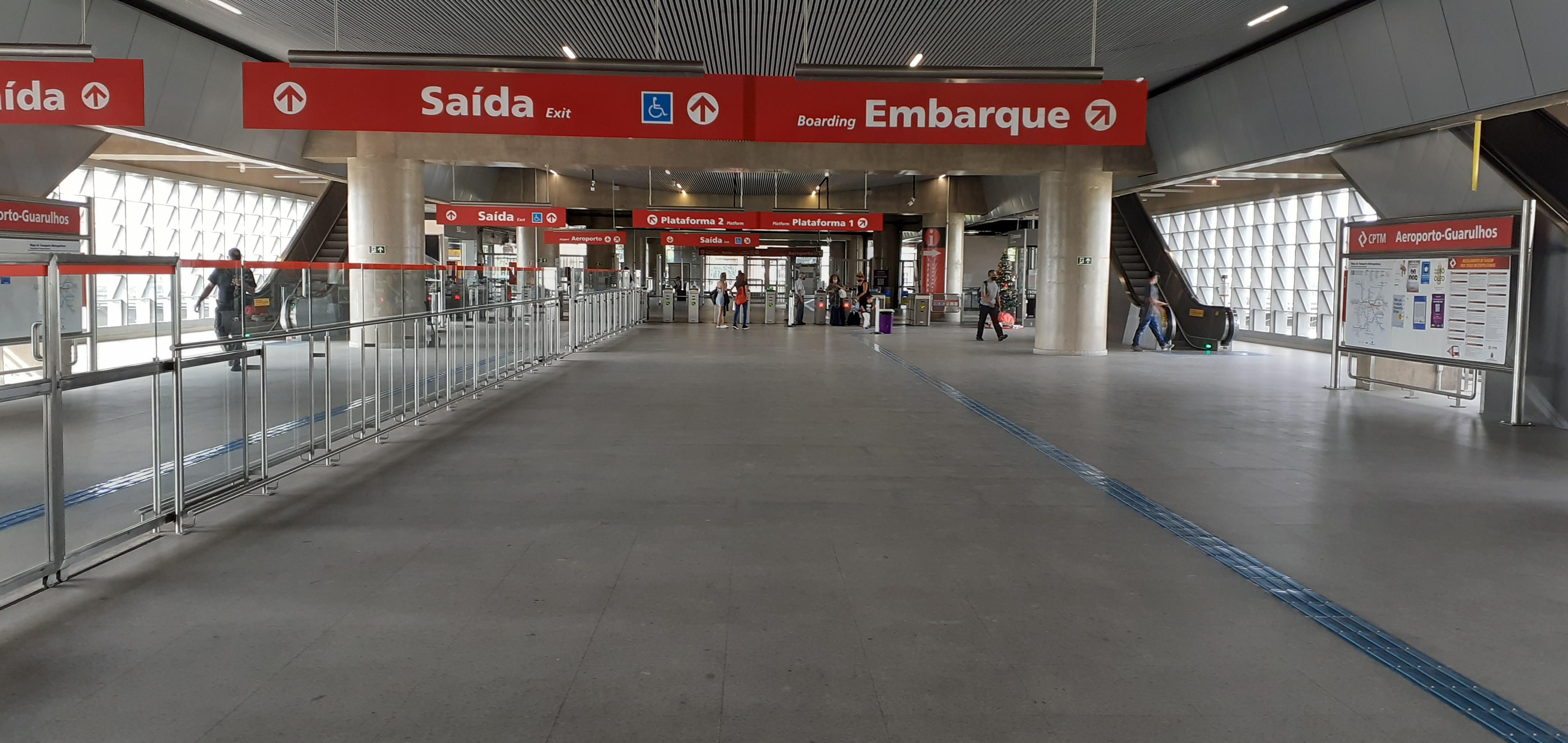A caminho da catraca da estação Aeroporto Guarulhos