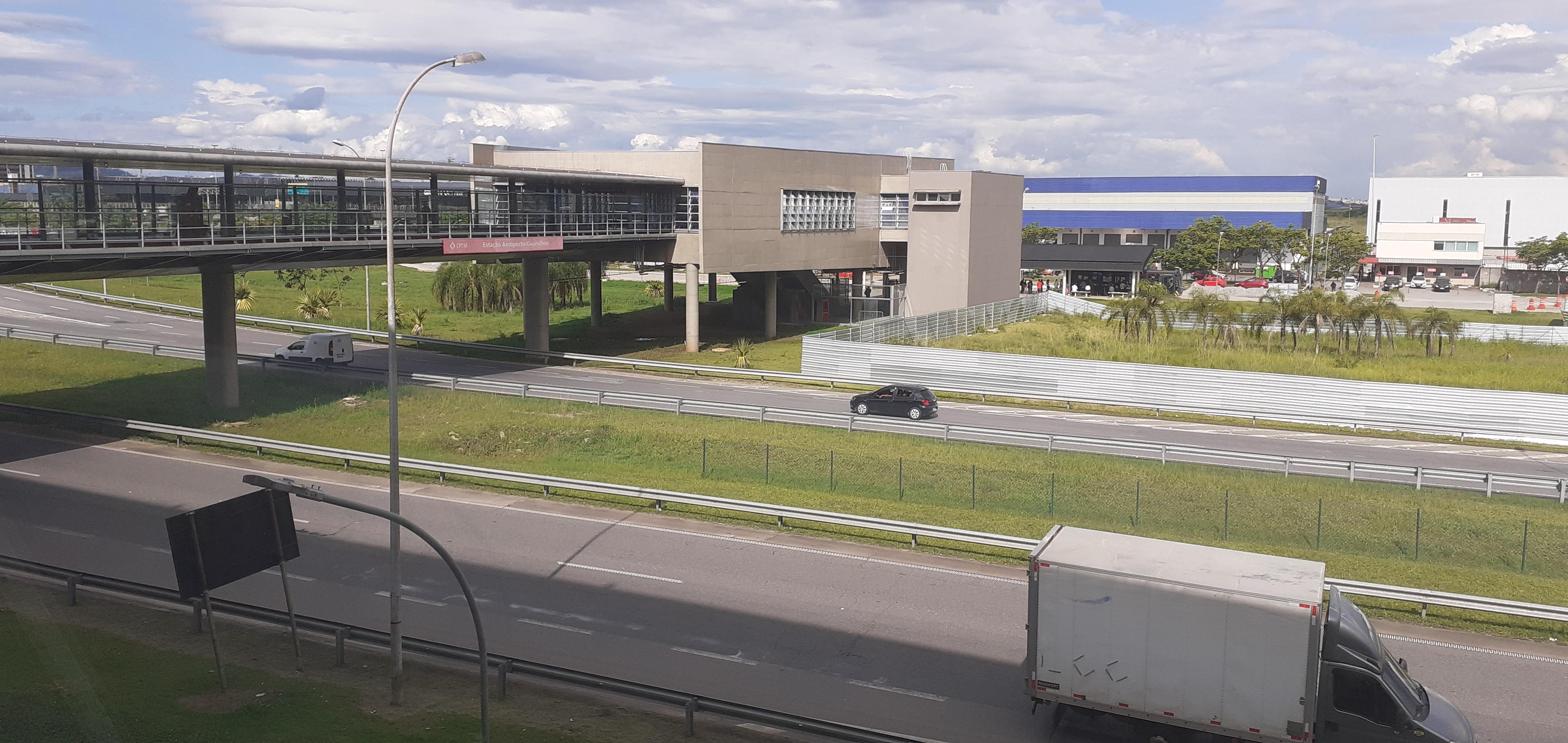 Passarela coberta liga a estação ao ponto ônibus que leva aos terminais