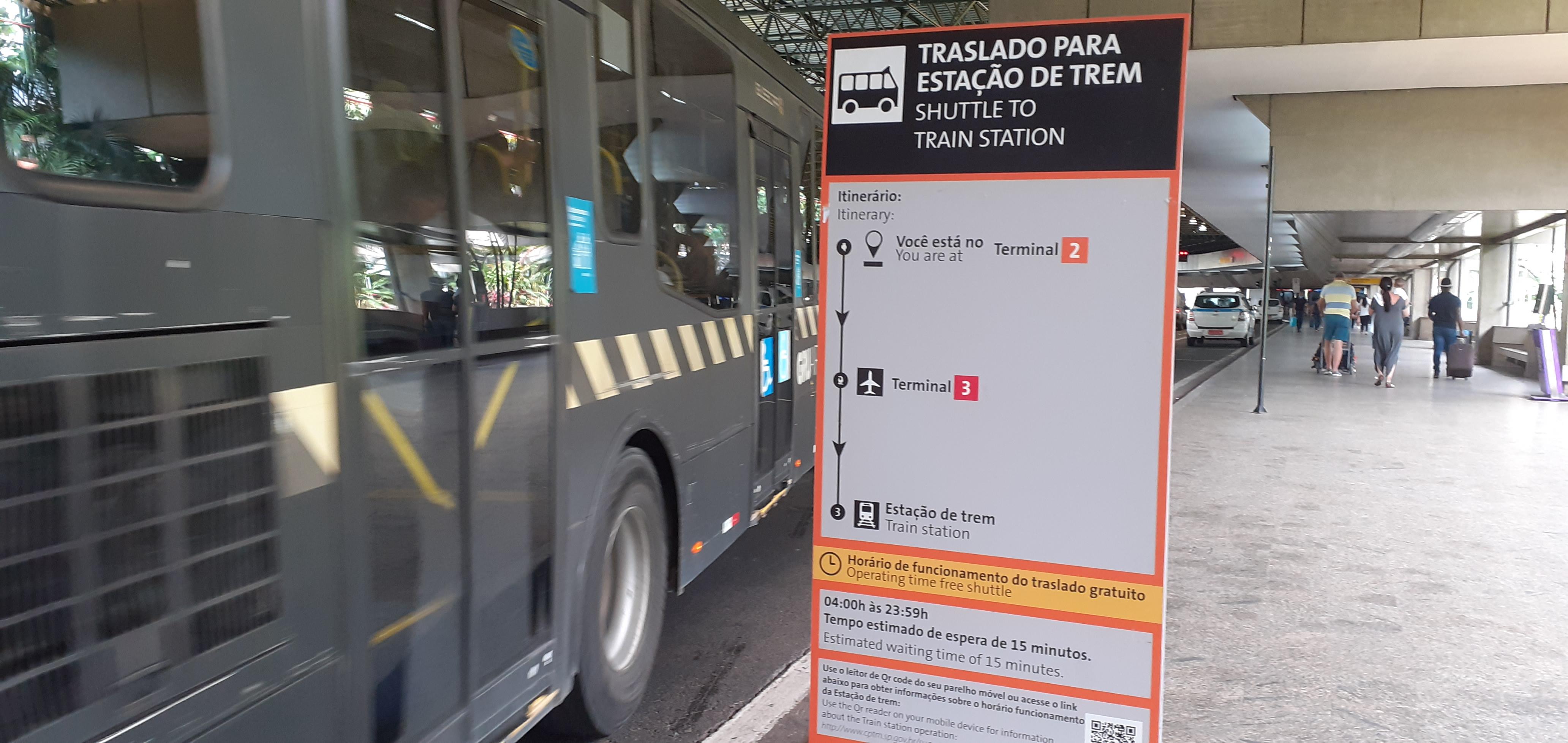 Ônibus saindo do ponto de ônibus no Terminal 2: mais parece um caveirão