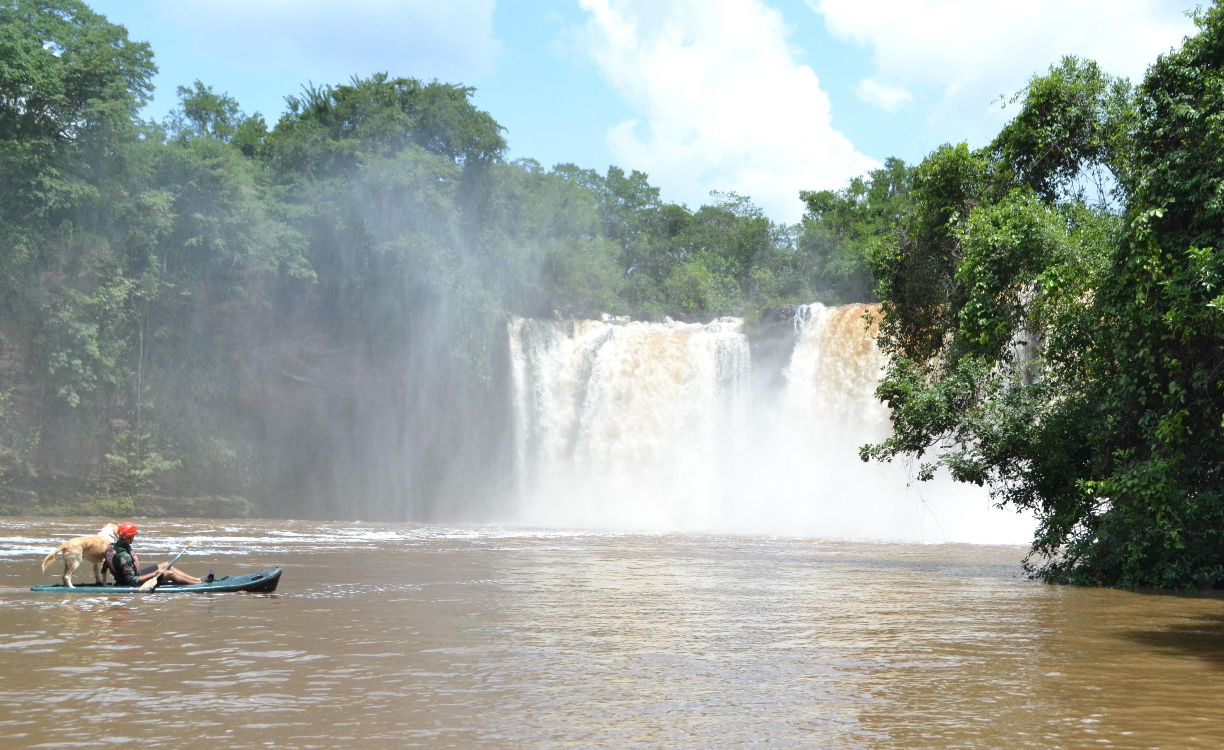 Cachoeira de São Romão: o cachorro Nick adora pegar carona no caiaque dos turistas