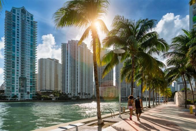 Downtown Miami, pessoas caminham ao longo do Miami River