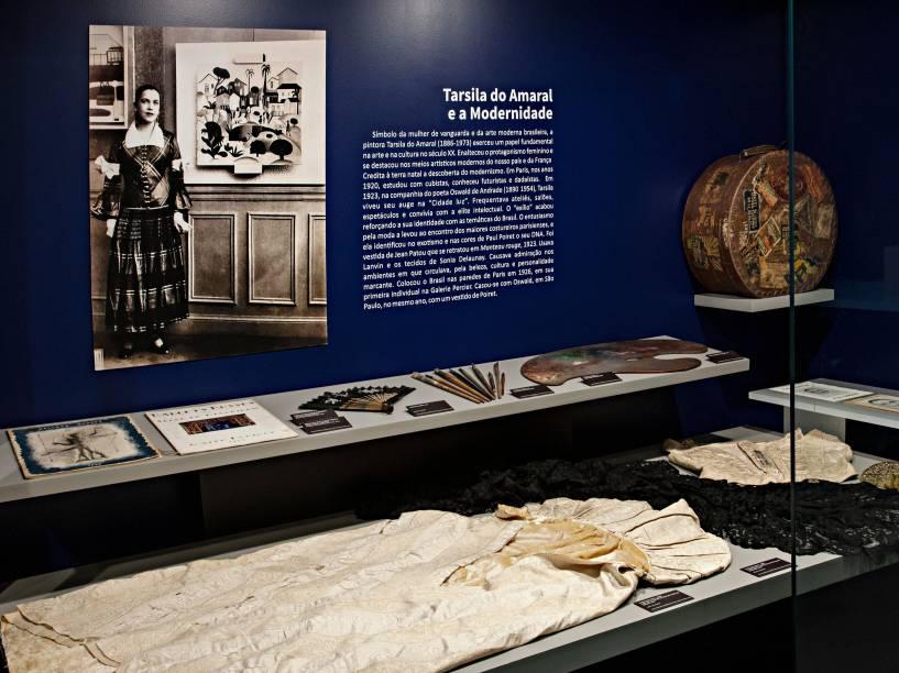 Peças do vestido de casamento e utensílios utilizados por Tarsila do Amaral