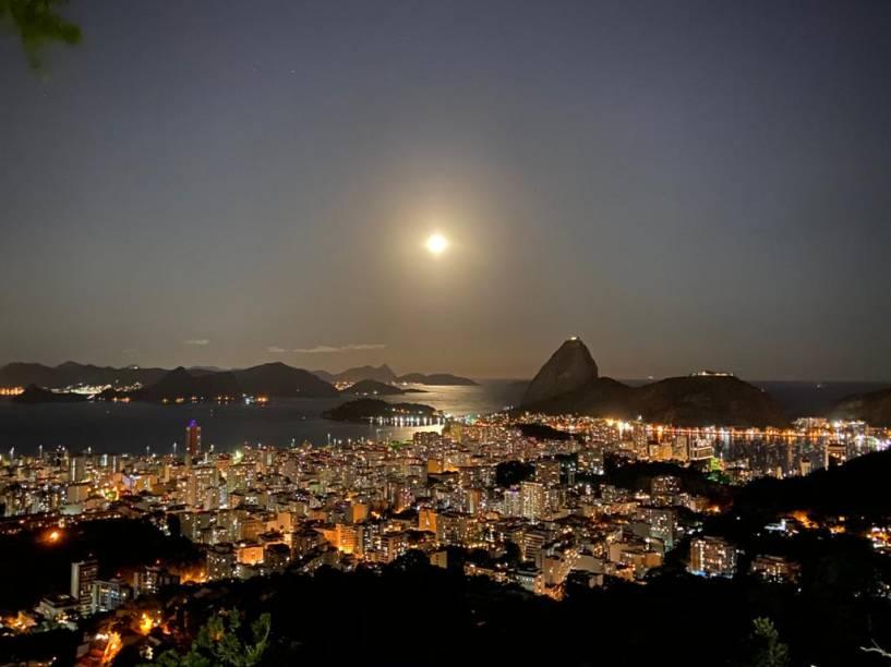 A vista especial do hotel ganha contornos cinematográficos nos jantares de Lua cheia.