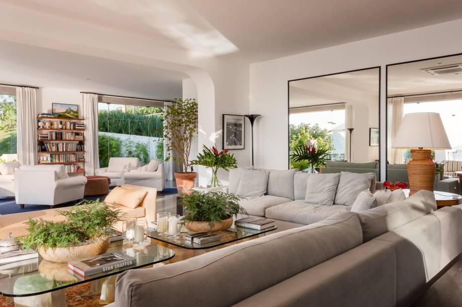 Sala de estar do Vila Santa Teresa: um luxo familiar que acolhe os hóspedes