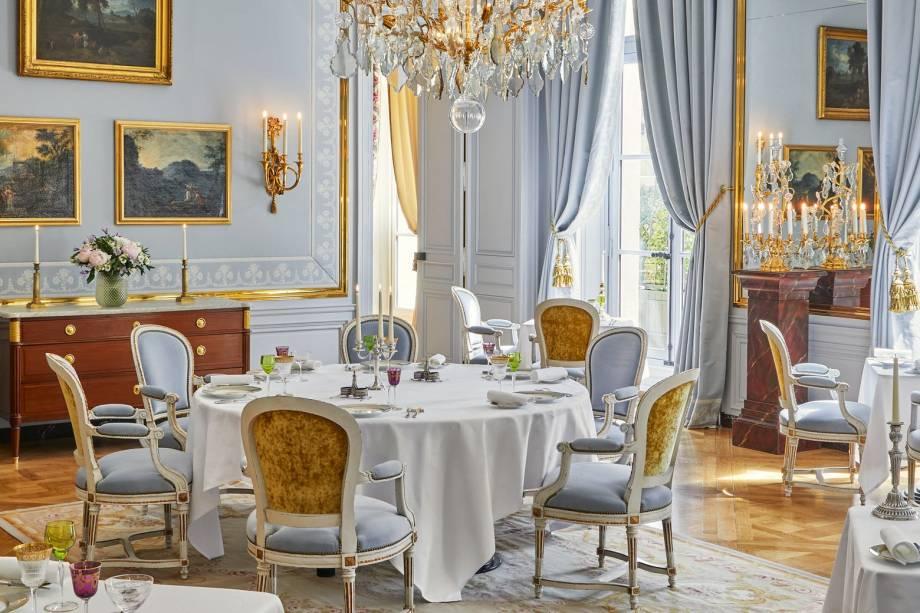 No jantar, o restaurante do hotel simula os banquetes promovidos pela realeza francesa no século 18