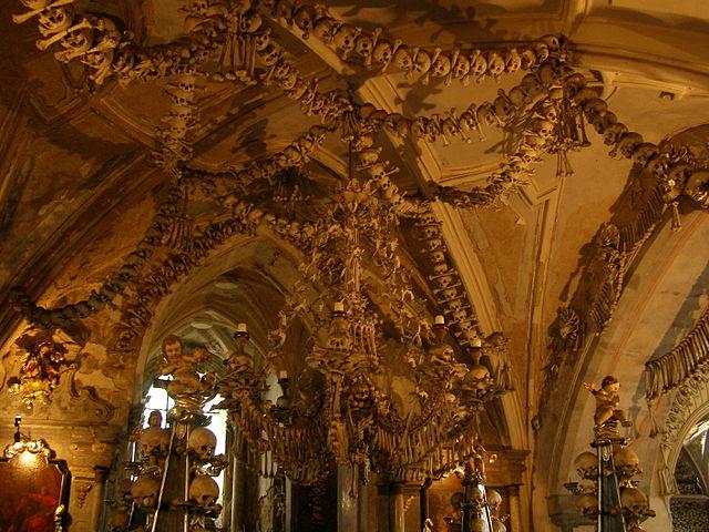 Ossos pendurados no teto decoram o interior da capela católica de Sedlec, na República Tcheca